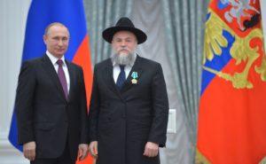 Президент Владимир Путин награждает Александра Бороду орденом Дружбы, май 2016 года