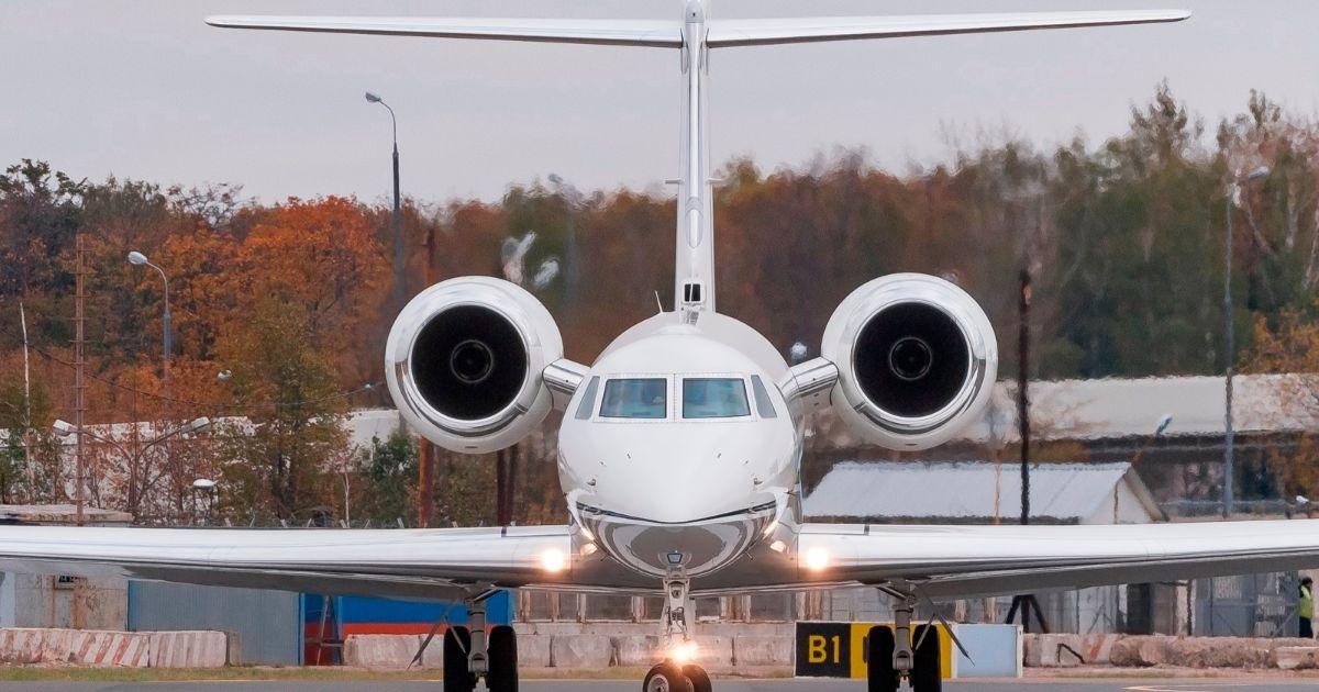 Бизнес-джет Gulfstream M-ALAY, предполжительно принадлежащий Олегу Дерипаске, в аэропорту Внуково