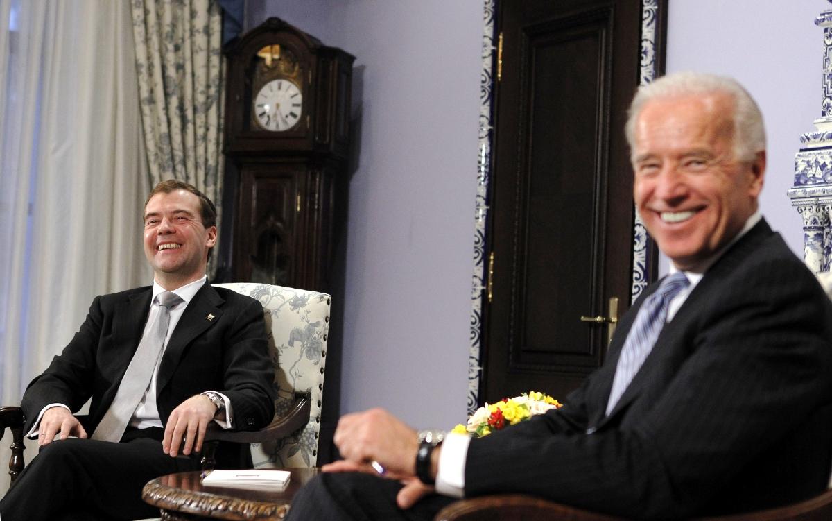 Джо Байден и президент России Дмитрий Медведев на встрече в Москве